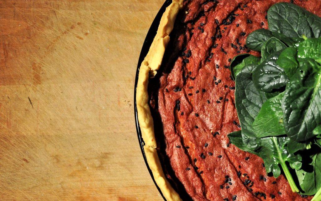 Pinke Quiche mit Spinat und schwarzem Sesam